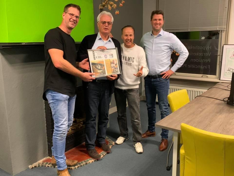 Mooifeessie met Burdy en Wensambulancenn.nl. Overhandiging van een cheque van € 500.- voor het goede doel.